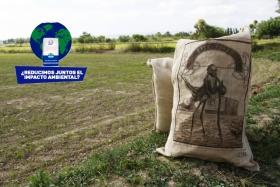 imatge de sacs d'arros en mig dels camps del Delta de l'Ebre